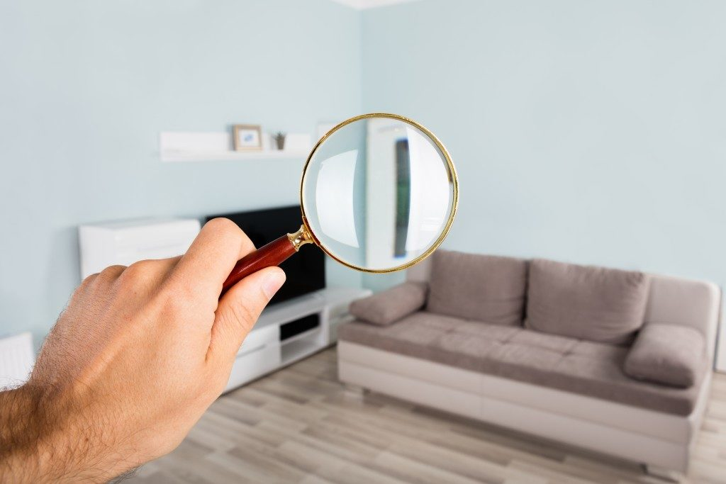 a magnifying glass at the living sofa